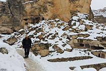 Un vecchio pastore nella cittadella di Hasankeyf. E' di ritorno a casa dopo aver portato a pascolare le sue capre.